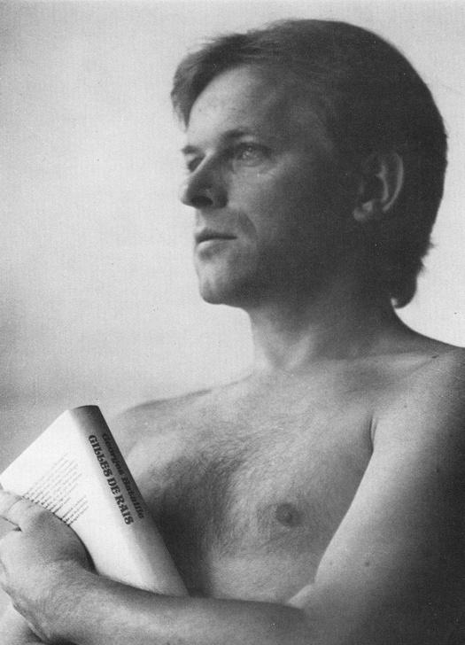 Foto der Seitenansicht des Oberkörpers eines nackten Mannes, der ein Buch hält